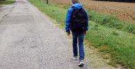 Мальчик идет по улице. Архивное фото