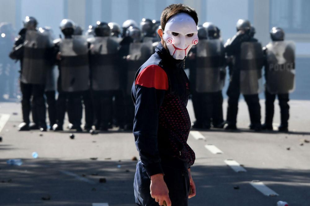 Албаниянын борборунда өкмөткө каршы акция өттү. Анын катышуучулары премьер-министрдин жана башкаруучу Социалисттик партиянын лидери Эди Раманын отставкасын талап кылды.