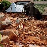 Балдар циклон кыйратып кеткен Чиманиман (Зимбабве) шаарында иче турчу суу көтөрүп баратат. Африканын түштүк-чыгыш жээгинде болгон Идаи циклонунун кесепеттерин жоюу иштери уланууда. Циклон марттын орто ченинде Мозамбик, Зимбабве жана Малини кыйратып кеткен. Анын кесепетинен 446 адам каза болгон. Көз жумгандардын саны миңге чыгышы мүмкүндүгү болжолдонууда.