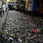 Дүйнөлүк суу ресурстары күнүнө карата (22-март) адамдар таштандыга толгон Маниладагы (Филиппин) каналдын жээгин бойлой басышат
