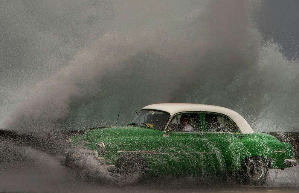 Такси Гавана (Куба) жээги менен бара жатат