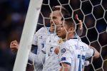 Слева направо: Денис Черышев и Ильзат Ахметов (Россия) радуются забитому голу в отборочном матче Чемпионата Европы по футболу 2020 между сборными командами Казахстана и России.