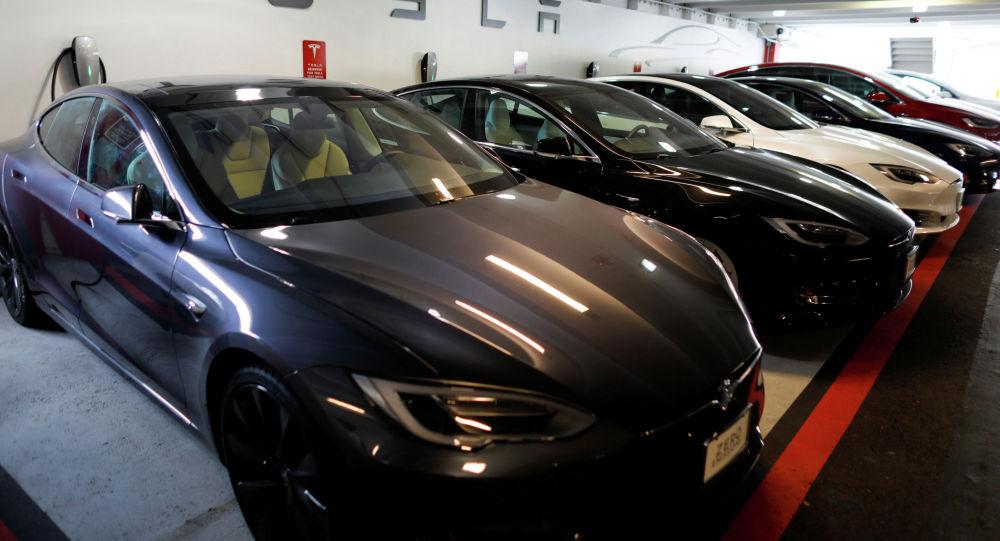 Tesla Model 3 жана X автоунаалары. Архив