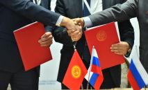Чиновники во время подписания соглашений. Архивное фото