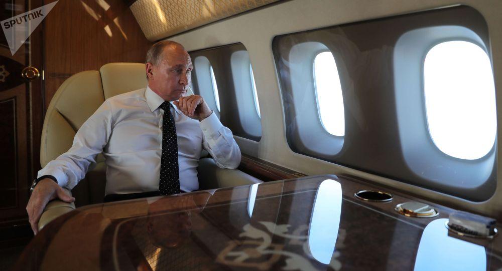 Архивное фото президента РФ Владимира Путина на борту президентского самолета