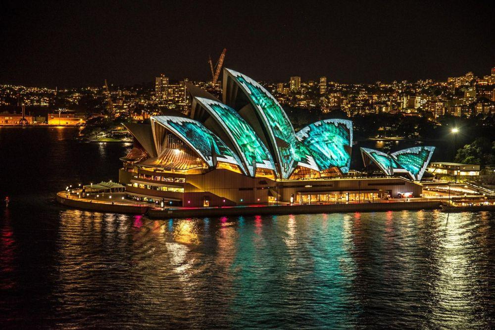 Сиднейдеги опера театры дүйнөнүн көпчүлүгү билген жай. Австралиянын көзгө басар имаратынын автору - архитектор Йорн Утзон.