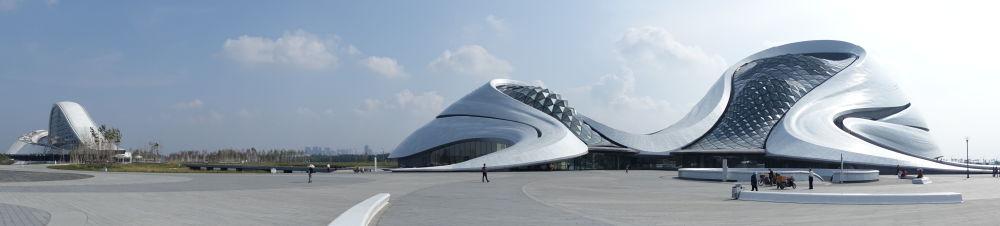 Кытайдын Харбин шаарындагы опера театрынын футуристтик аянтчасы кадимки эле пейзажды элестетет. Анда ийри-буйру болгон көлмөлөр менен саздуу жерлер да бар.