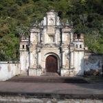 Гватемаладагы театрдын тарыхы эле эмес, аталышы да узак — Ermita de la Santa Cruz. Орто кылымдагы чиркөөнүн сакталып калган маңдай жагы ачык асман алдындагы театрдын маанилүү болгон аянтына айланган.