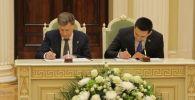 Председатель Бишкекского городского кенеша Жаныбек Абиров и глава Законодательного собрания Санкт-Петербурга Вячеслав Макаров.