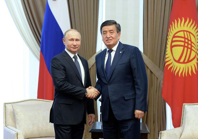 Кыргызстандын президенти Сооронбай Жээнбеков жана Россиянын өлкө башчысы Владимир Путин. Архив