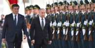 Президент КР Сооронбай Жээнбеков и президент РФ Владимир Путин в государственной резиденции Ала-Арча во время церемонии встречи