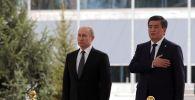 Президент РФ Владимир Путин и президент КР Сооронбай Жээнбеков во время церемонии официальной встречи в Бишкеке.
