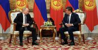 Президент КР Сооронбай Жээнбеков с главой России Владимиром Путиным во время переговоров в узком составе