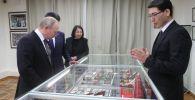28 марта 2019. Президент РФ Владимир Путин во время посещения дома-музея Чингиза Айтматова в Бишкеке.