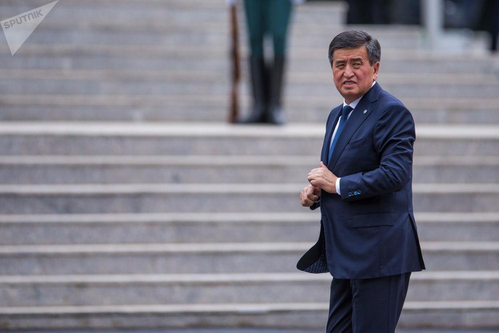 Президент Кыргызстана Сооронбай Жээнбеков готовится к официальной церемонии встречи российского лидера Владимира Путина в госрезиденции Ала-Арча.
