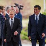 Путин и Жээнбеков на официальной церемонии встречи представили друг другу представителей своих делегаций
