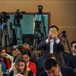 Журналисты и члены делегаций в конгресс-холе во время брифинга двух президентов