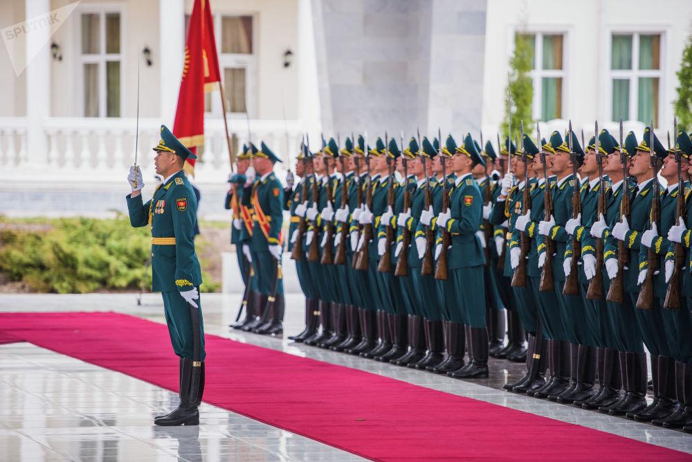 Рота почетного караула КР приветствует высокого гостя