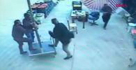 На записи видно, как мужчина пытается удержать большой зонт, но сильный ветер поднимает и уносит его.