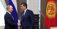 Архивное фото президента КР Сооронбая Жээнбекова и главы РФ Владимира Путина во время встречи в Москве