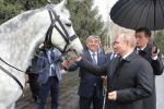 Президент РФ Владимир Путин с подаренным президентом Кыргызстана Сооронбаем Жээнбековым орловским рысаком в Бишкеке.