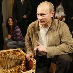 Россиянын премьер-министри Владимир Путин туулган күнүнө белекке алган жолборстун күчүгүн журналисттерге көрсөтүп жатат. 2,5 жарым айлык бул жаныбар Ново-Огарево резиденциясындагы зоопаркка өткөрүп берилген