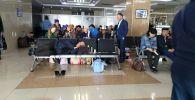 Люди ожидают вылет в зале ожидании аэропорта Манас, после задержки рейса Бишкек — Ош