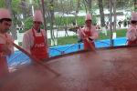 На изготовление сумолока потратили семь тонн муки и три тысячи литров воды.