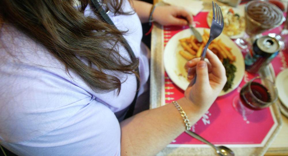 Женщина обедает в ресторане. Архивное фото