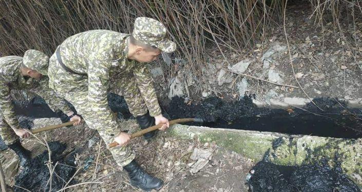 Очистка от мусора русла реки Ала-Арча в Оше
