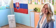 Кандидат в президенты, адвокат Зузана Чапутова на одном из избирательных участков во время второго тура выборов президента Словакии в Пезинке.