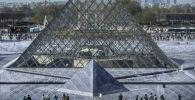 Главный двор Лувра в Париже. Архивное фото