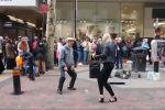 Пожилой мужчина из британского города Бирмингем стал звездой соцсетей, исполнив импровизированный танец под битбокс.