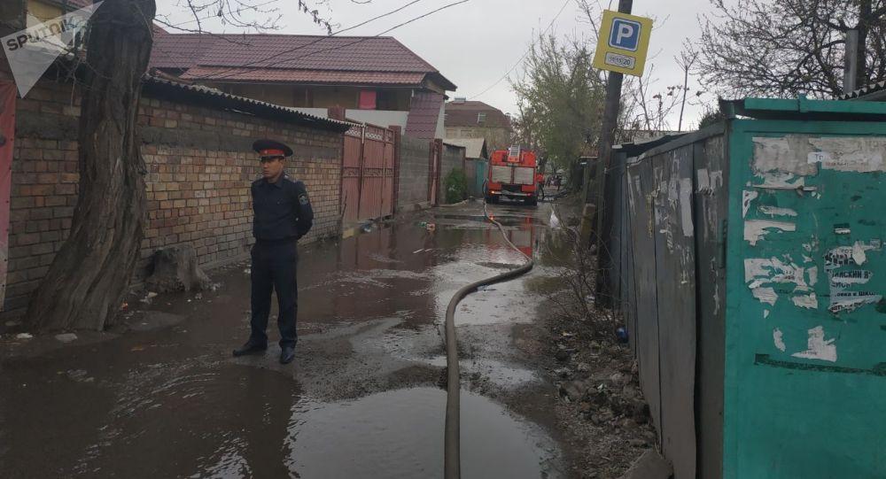 Бишкекте Ош базарынын аймагындагы турак үйдөн чыккан өрт өчүрүлдү