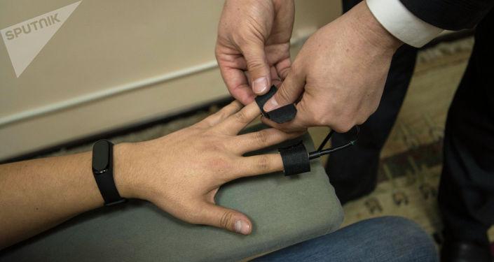 Датчики на пальцах считывают данные о сердечно-сосудистой активности и кожных рефлексах.