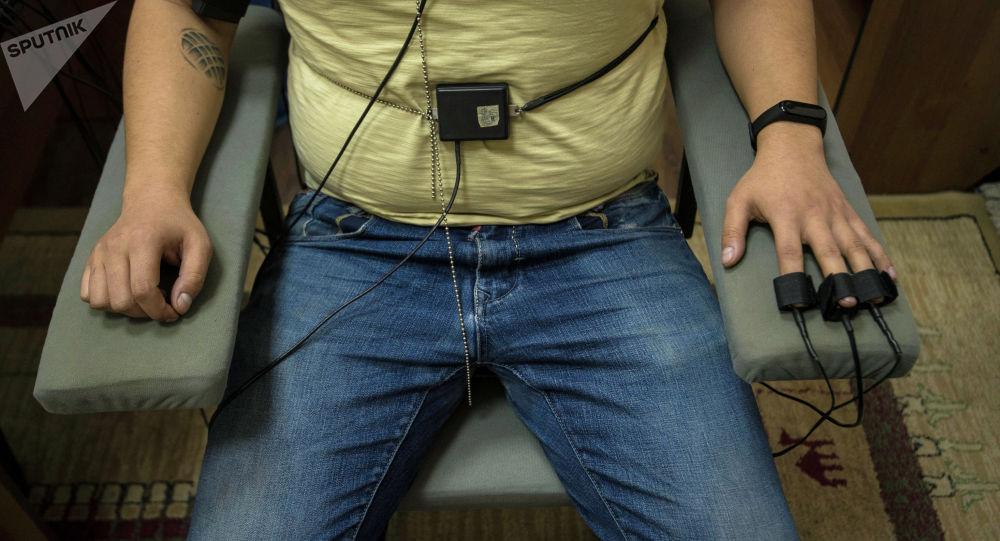 На животе и груди тоже устанавливают датчики — они следят за дыханием. Полиграфолог утверждает, что обмануть аппарат невозможно.