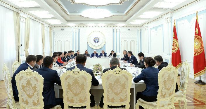 Президент КР Сооронбай Жээнбеков встретился с участниками Апрельской народной революции 2010 года, с пострадавшими и родственниками погибших