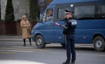 Сотрудник ГУОБДД регулирует движение на одной из улиц Бишкека. Архивное фото