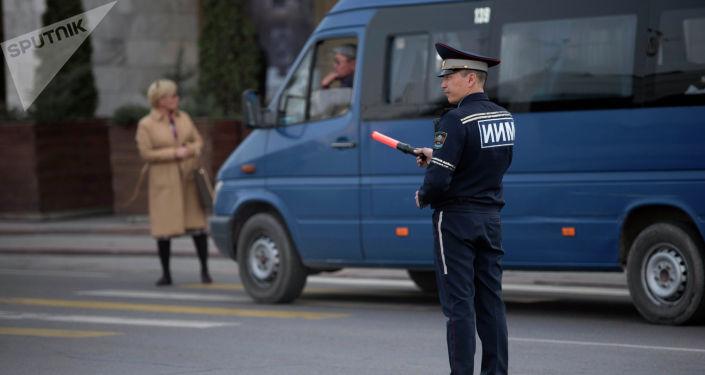 Сотрудник ГУОБДД регулирует движение в Бишкеке. Архивное фото