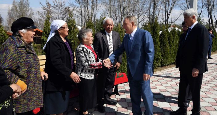 Первый президент РК Нурсултан Назарбаев встретился с одноклассниками и друзьями детства
