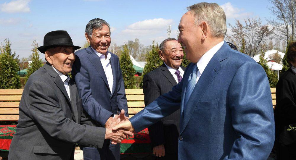 Казакстандын биринчи президенти Нурсултан Назарбаев классташтары жана бала кезиндеги достору менен кезикти