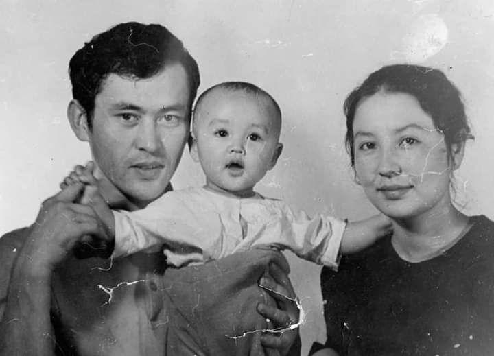 Таттыбүбү Турсунбаева жолдошу Имаш Эшимбеков жана кичинекей кызы Асел менен