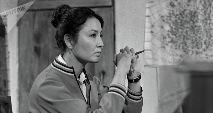 Актриса театра и кино, заслуженная артистка Киргизской ССР Таттыбубу Турсунбаева на съемках фильма Эхо любви