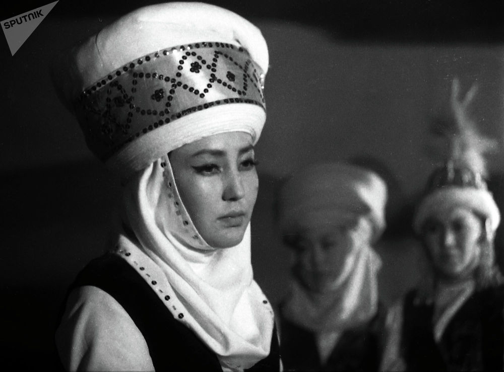 Тарыхый инсан Акмөөрдүн атын да, сулуулугун да даңазалаган Таттыбүбү Турсунбаева экендиги маалым. Актриса Мелис Убукеевдин Акмөөр тасмасында.