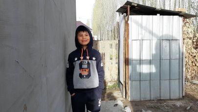 7-летний Эламан Абдилашимов, спас ребенка, упавшего в туалет в Арча-Бешике. Архивное фото