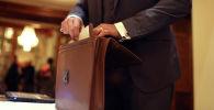 Мужчина достает документы из портфеля. Архивное фото