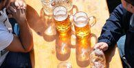 Мужчины пьют пиво. Архивное фото