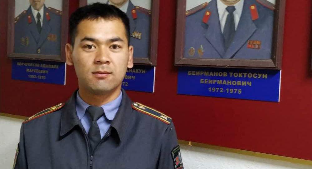 В Караколе курсант Академии МВД Баатырбек Тюкебаев и его друг Нурсултан Бейшекеев задержали подозреваемых в серийных кражах