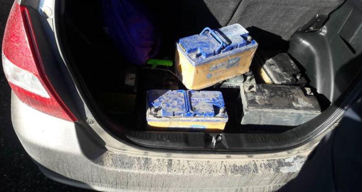 Обнаруженные в машине подозреваемых в серийных кражах аккумуляторы в Караколе