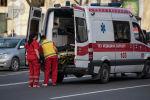 Сотрудники скорой медицинской помощи госпитализируют пострадавшего в ДТП. Архивное фото